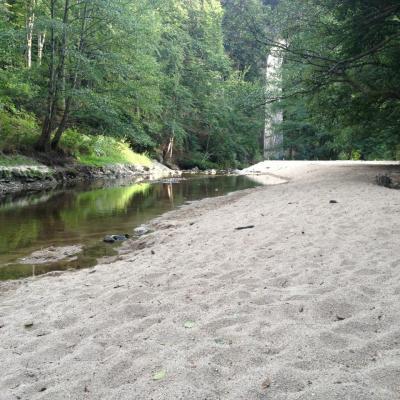 Plage de sable au bord de la rivière semène